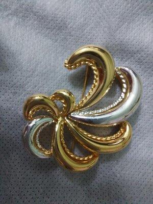 (搬家大出清)Vintage 美國品牌 Monet 胸針,黃金/銀色雙色澤,尺寸最長約4.5*最寬約4公分,古董 別針黃金 dior 夏姿 施華洛世奇