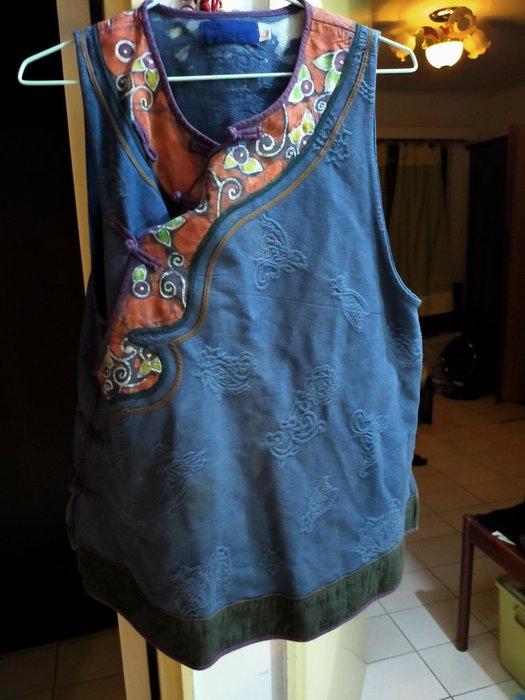孟荷,布衣中國風手染背心尺寸大L可是孟荷品牌中國風手染服質感很好,夏天穿不會悶熱手染服每件600買三送一,都是好料子幾千元的服飾桃園可自取