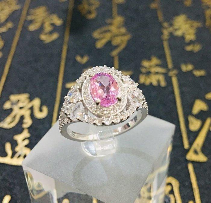 珍奇翡翠珠寶-天然寶石系列-天然無燒粉紅橙色藍寶石,帕帕拉夏,蓮花剛玉,1.3克拉,濃郁透明。火光閃耀,附證書