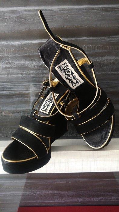 全新Salvatore Ferragamo 黑色麂皮小羊皮金邊厚底楔形高跟鞋