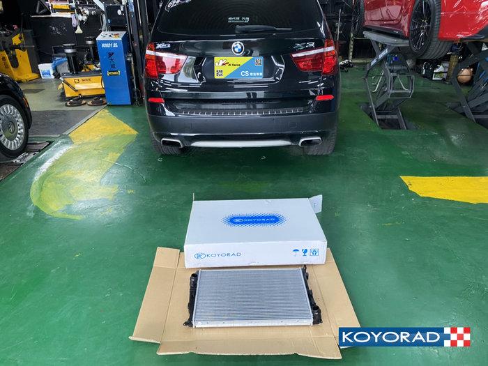 日本 KOYORAD BMW F25 X3 28i 用原廠型水箱.編號PL422957 實車安裝