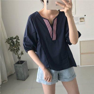 🌺 拿鐵小姐MISS LATTE🌺韓國單    甜美開叉刺繡V領上衣 薄棉襯衫
