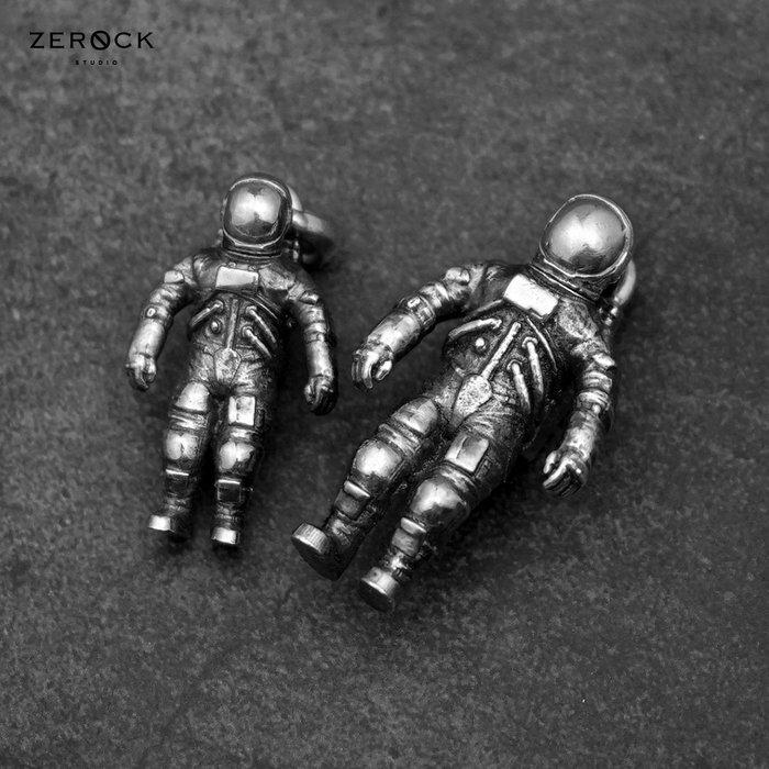 《ZEROCK》台灣品牌 KOPO METAL 銀太空人 吊飾 可站立 頭可轉開 鑰匙圈 大太空人賣場