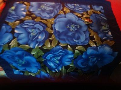 【愛悅二手書坊 O-05】滾花藍披巾 純絲製 附扣環