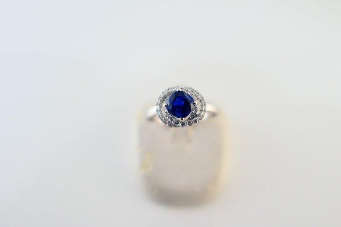 [吉宏精品交流中心]1.04克拉 錫蘭 枕形 天然藍寶石 天然鑽石 白K金 造型 戒指(附證書)