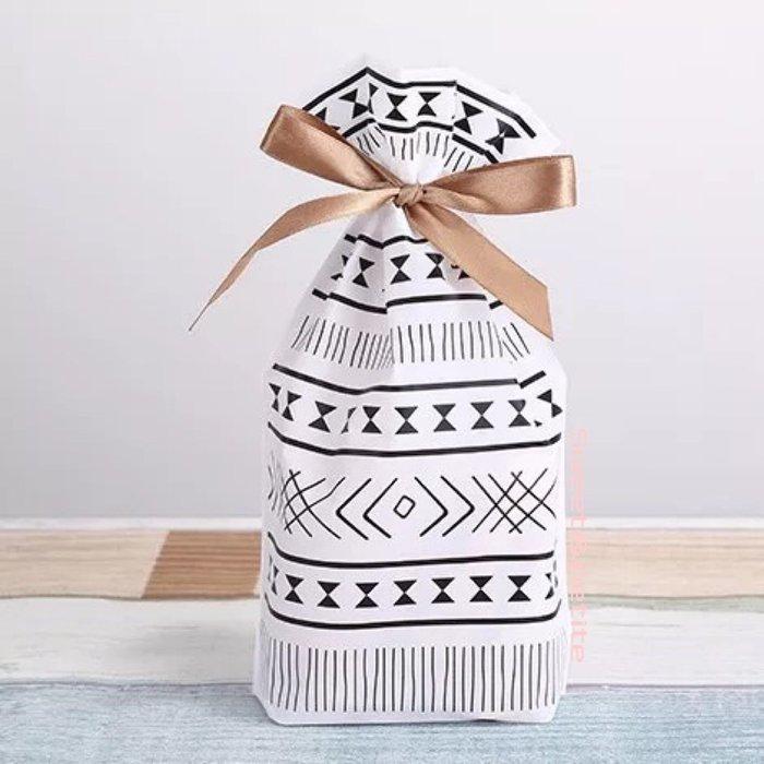 現+預購MA22❤(M)北歐簡約線條感。抽繩式禮物束口袋❤ 北歐風 禮品袋 束口繩緞帶 塑膠禮物袋 生日派對糖果餅乾袋