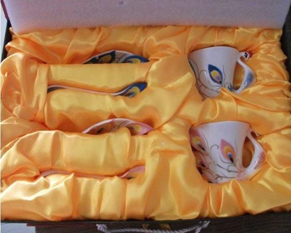5Cgo【鴿樓】會員有優惠 琺琅瓷 9764502736 孔雀花茶杯 陶瓷杯盤匙 ( 二對) (精美禮盒) 年節送禮