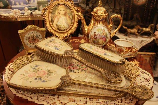 【家與收藏】特價賠本出清稀有珍藏歐洲百年古董英國古典優雅蕾絲刺繡梳妝手妝鏡梳組 01