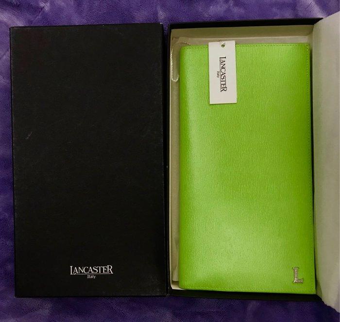 LANCASTER 大尺寸長皮夾;長31公分寬13.8公分。在朋友代理的店購買。有純白、鮮綠各1個。送貨為店到店。運費60元