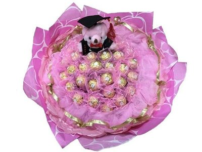 娃娃屋樂園~畢業學士熊+33朵金莎巧克力(網紗)花束-粉色 每束1450元/畢業花束