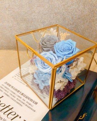 永生花玻璃盅,3朵永生玫瑰花+永生繡球花,用玻璃珠寶盒裝起來,感覺尊貴大方!適合情人節送禮以及開幕誌慶、花禮!