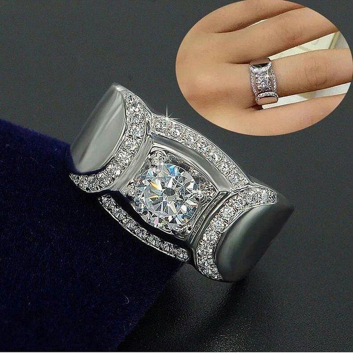 人氣旺一克拉鑽戒豪紳925純銀鍍鉑金指環鑲嵌高碳鑽1克拉男士戒指媲美真鑽鉑金質感肉眼難辨精工寬版微鑲鑽戒莫桑鑽寶優惠出清