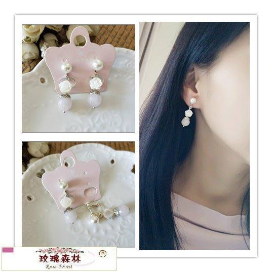 玫瑰森林-- ☆°* 美麗嚴選~ 浪漫的白色刻貝玫瑰+淡粉色圓石珠 珍珠螺旋夾無耳洞耳環