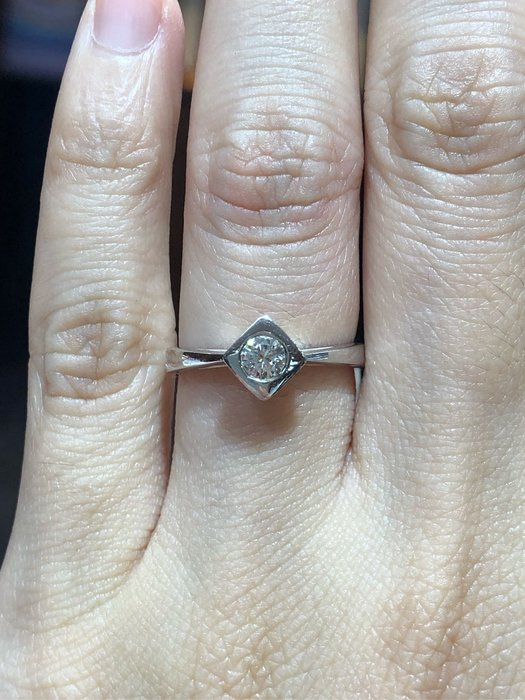 34分天然鑽石戒指,周生生品牌2000年千禧年紀念版,簡單設計款式設計適合平時配戴,超值優惠商品15800