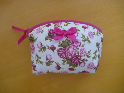 《NaRaYa》曼谷包 化妝包 布面收納包  便宜出清 隨便賣 粉紫零錢包 玫瑰印花雜物包 同色系內裡 半圓弧拉鍊設計開口大 雙面