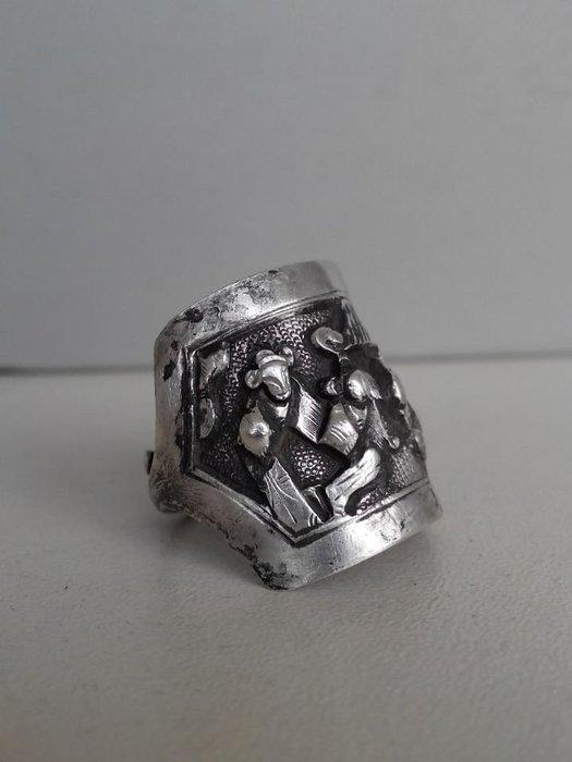 藏寶閣 清代老銀高浮雕戲曲人物故事戒指檔次高適合佩帶收藏浮雕力度好 G1685