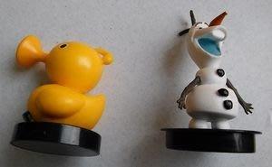 **M8-16** (裸裝無盒)2013迪士尼Disney Snapco LLC黃色鴨+雪人塑膠玩偶2隻合售/表面有使用
