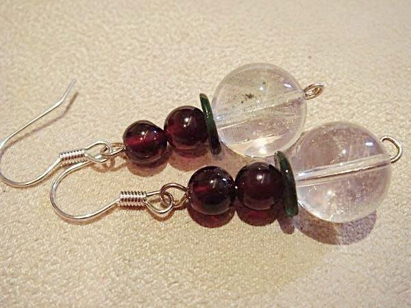 全新從未戴過水晶穿式耳環,很美的一對耳環!低價起標無底價!本商品免運費!