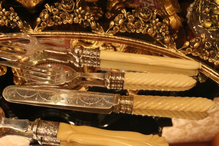 【家與收藏】賠售特價稀有珍藏歐洲百年古董英國珍貴手工維多利亞時期獸骨銀雕花刀叉