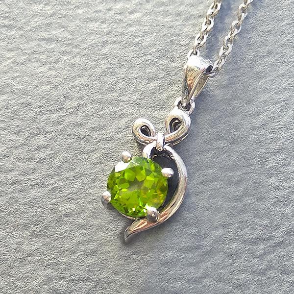 ☆采鑫天然寶石☆ **精翠**~珠寶級橄欖石造型墜~濃綠亮彩~小巧雅致