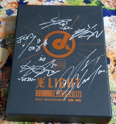 R華語團(二手CD)光LIGHT~22周年阿爾發~CD+DVD~封面多人簽名版~FIR.簡廷芮等~