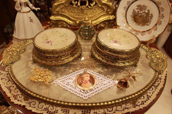 【家與收藏】特價稀有珍藏歐洲百年古董英國古典優雅蕾絲刺繡銅浮雕梳妝粉盒/珠寶盒