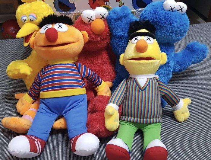 晴晴珍藏區&療癒網拍場—KAWS x UNIQLO x Sesame Street 芝麻街 玩偶全套收藏組 約49cm 含盒子販售 現貨不用等 門市購買