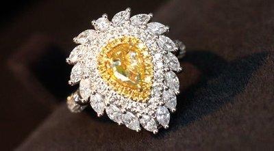 吊墜/戒指二用豪鑲款。主石1克拉的天然黃彩鑽,FY、VS。配鑽1.45克拉,FG、SI。 18K金真鑽戒,附AGL大證。