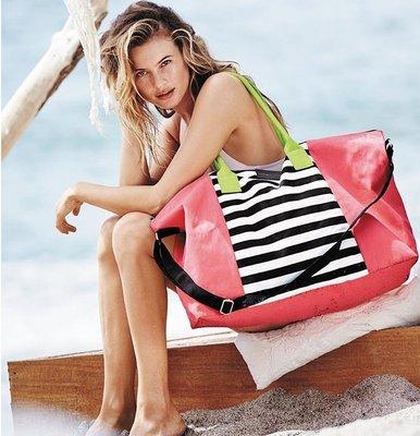 【菲菲美國舖】時尚旅行。現貨~* Victorias Secret *~手提肩背❤俏麗條文帆布海灘包/旅行袋/媽媽包