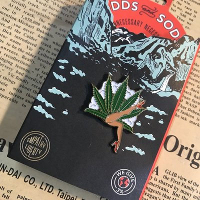 (I LOVE樂多) 美國進口 Odds and Sods 大麻女郎(淺) 別針可別於帽子包包增添搭配風格