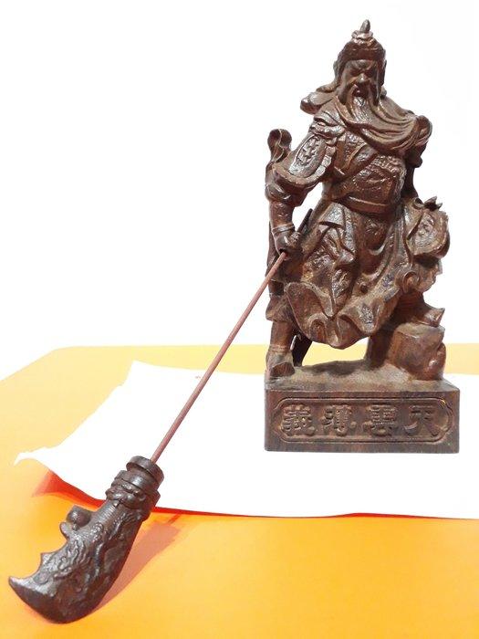 【九龍藝品】沉木雕 ~ 戰甲武關公 ~ 義薄雲天.高約24公分 (1)