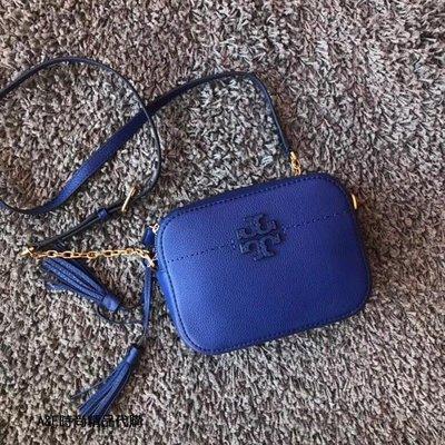 A&E精品代購TORY BURCH 典雅時尚潮流 新款摔紋牛皮 電光藍流蘇相機包 斜背包  美國代購