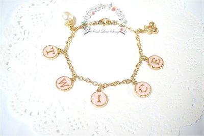 【首爾小情歌】TWICE 韓國女團 周子瑜 周邊 珍珠吊飾玫瑰金色手鍊。粉紅色字母圓形 櫻桃 吊飾手環 手鍊 古典 飾品