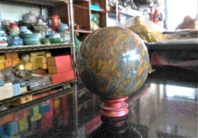 @居士林@女窩石球.尺寸:直徑寬10公分.重量約1.9公斤.附木座.開運石來運轉