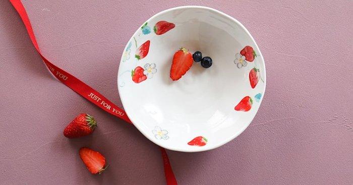 小草莓陶瓷深盤 陶瓷餐具  小白花 小草莓  白色  紅色  碗公  菜盤  盤子  麵碗  大碗【小雜貨】