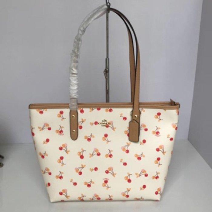 Melia 米莉亞代購 COACH 2019ss 11月新品更新 31971 購物包 單肩包 PVC配皮 白色櫻桃圖案