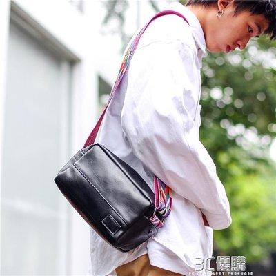 單肩包 潮牌男士彩帶日韓男斜背運動男手機小方PU 【向左的街】