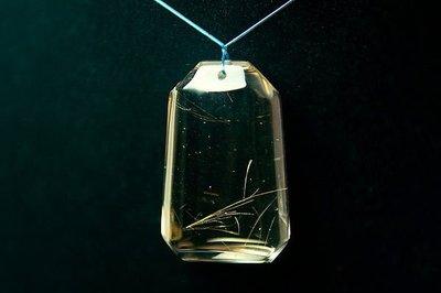 □§Disk的天然水晶§□【乾淨透亮】近全美-天然淡黃茶底髮晶牌墜N-33(高41寬26厚13mm)