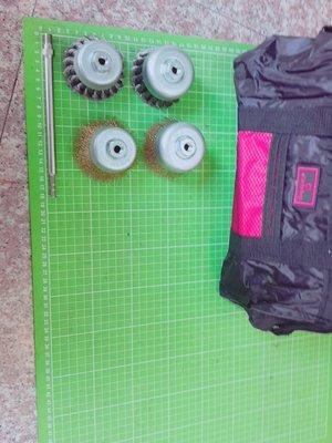含小手提工具袋+18公分白鐵轉接桿+2吋半碗型鋼絲輪+3吋鋼刷+2吋半扭骨鋼刷與3吋扭骨鋼刷各x1讓電鑽成為除鏽除垢清潔