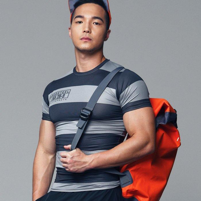 【OTOKO Men's Boutique】固制:赤鐵條紋運動緊身短袖(台灣獨家代理)