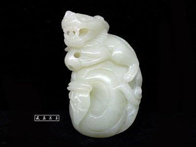 【藏真】珍藏-和闐白玉 《祥獅戲珠》 玉質油潤、蘿蔔絲
