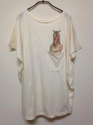 全新轉賣~how many t-shirt 泰國設計品牌個性馬頭人圖案寬領棉質長版短袖上衣