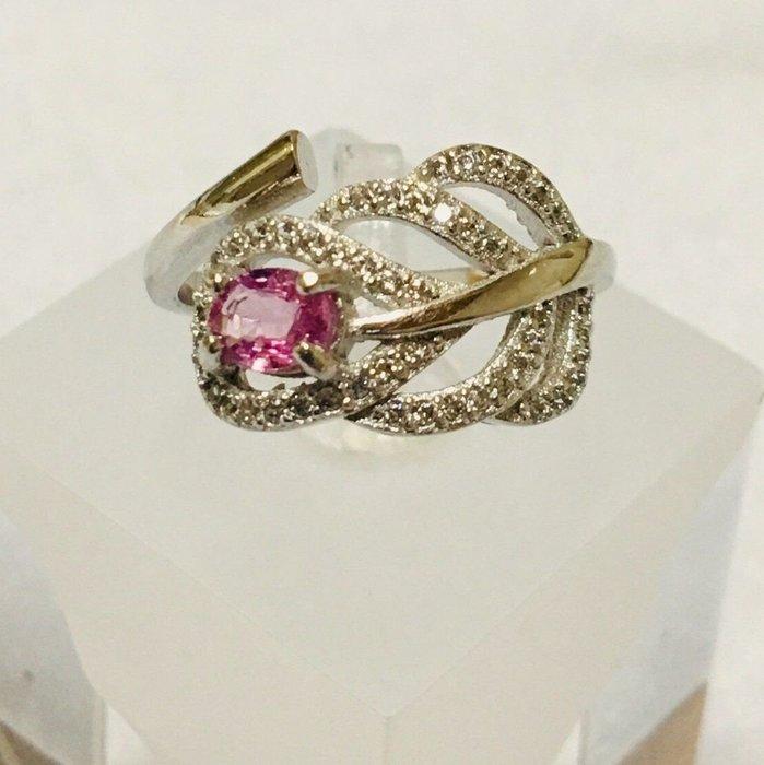珍奇翡翠珠寶首飾-戒指系列03-天然粉紅色藍寶石,濃郁櫻花粉色,乾淨迷人,火光爆閃,搭配925銀白k鋯石戒台