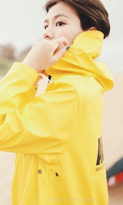潮牌Subtle AWAY防水風衣 豔黃-設計時尚簡約.修身剪裁~全防水可當雨衣喔-或作為情侶裝.這是一款超方便的風衣