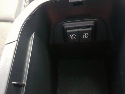 日本TOYOTA原廠五代rav4扶手内雙孔USB充電座(現貨)