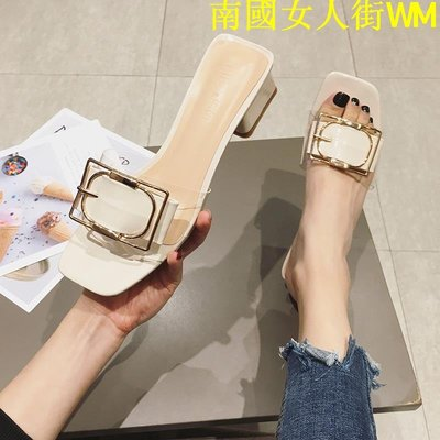 南國女人街WM夏季新款拖鞋一字拖露趾大魚嘴涼拖粗方跟透明軟膠金屬方扣中跟鞋