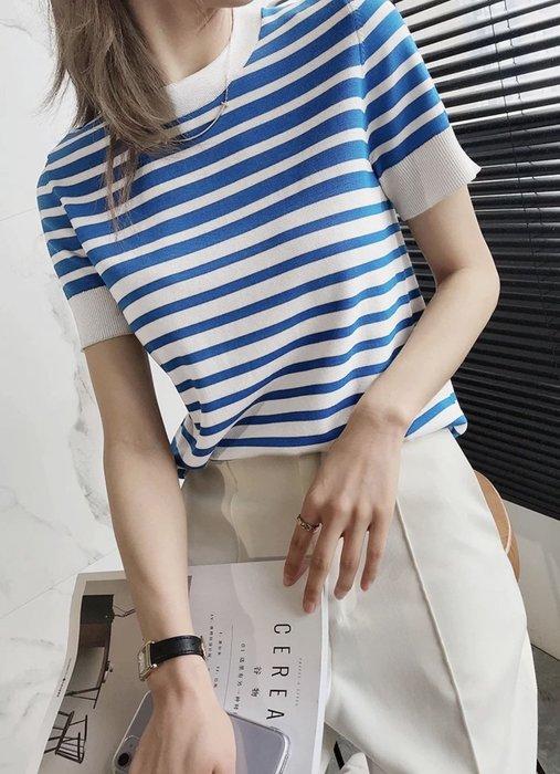 【艾蜜麗】減齡顯膚白 藍白條紋短袖針織上衣  1143 1129
