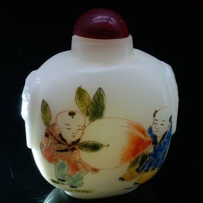 鼻煙壺  白地粉彩 純手工浮雕繪製 雙面雕 《童子嬉戲 》料鼻煙壺 R0302