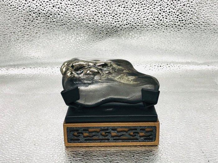 金玉石共生。漂亮龍紋石