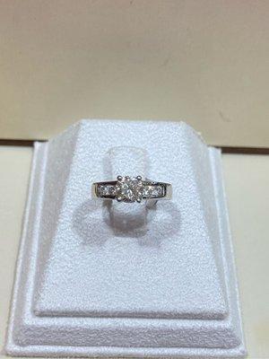 天然1.10克拉鑽石戒指,經典款式設計,搭配厚金戒台,超值優惠價89800,主鑽90分重直逼一克拉,用優惠價擁有一克拉視覺效果的鑽石